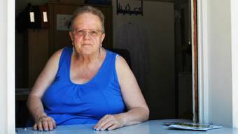 So, wie die Badegäste sie kennen: Marianna Grünig (70) am Kassenhaus des Schwimmbads in Möhlin.