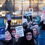 Teilnehmer einer Demonstration halten auf dem Augustusplatz in Leipzig Bücher in die Höhe. Etwa 200 Menschen protestierten gegen die Präsenz rechter Verlage auf der Leipziger Buchmesse.