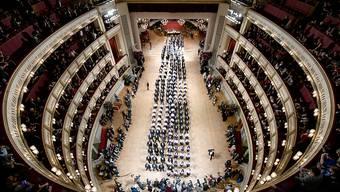 ARCHIV - Debütantenpaare befinden sich in der Wiener Staatsoper während der Generalprobe für den Opernball. Foto: Herbert Neubauer/APA/dpa