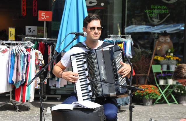Für musikalische Unterhaltung sorgte ein Akkordeonist und später ein Rapper