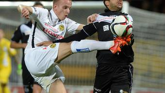 YB-Spieler Lorent Hadergjona (links) befreit gegen Luganos Matteo Tosetti