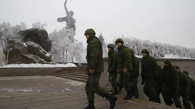 Russische Soldaten patrouillieren in Wolgograd.