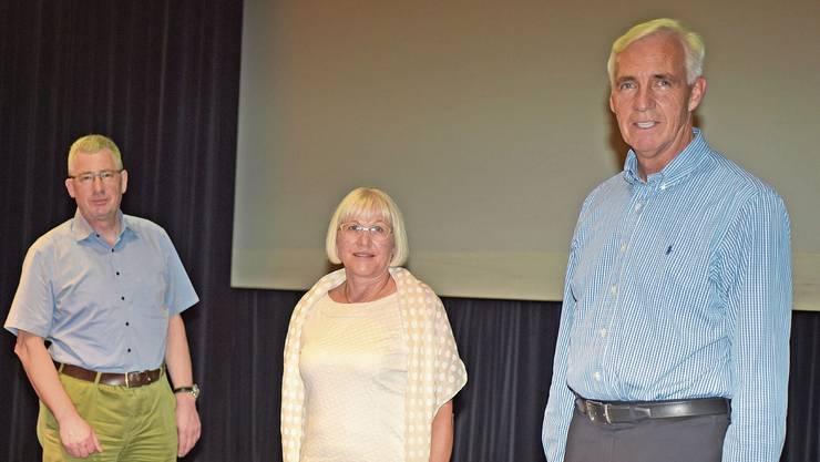 Therese Gautschi übergibt an Markus Bitterli (l.), Präsident des neuen Gönnervereins und Maxruedi Schlör, Präsident Sonnenberg.
