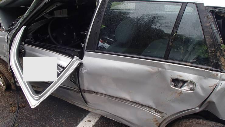 Ein 19-Jähriger fuhr am Samstag Richtung Eiken und geriet mit seinem Peugeot gegen eine Böschung.