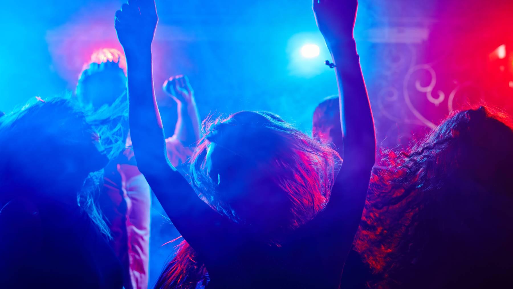 Gilt ab Donnerstag auch im Wallis: Tanzen in Nachtclubs ist höchstens noch für 100 Personen gleichzeitig erlaubt. (Symbolbild)