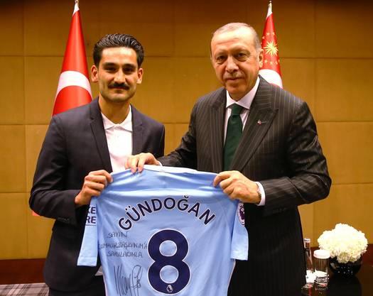 Ilkay Gündogan überreicht Recep Tayyip Erdogan sein Trikot mit der Aufschrift: «Mit großem Respekt für meinen Präsidenten.»