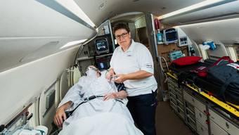 Der Rega-Ambulanzjet ist Yvonne Horisbergers Arbeitsplatz: «Ich muss immer voll konzentriert bleiben. Denn man ist ziemlich alleine da oben.»