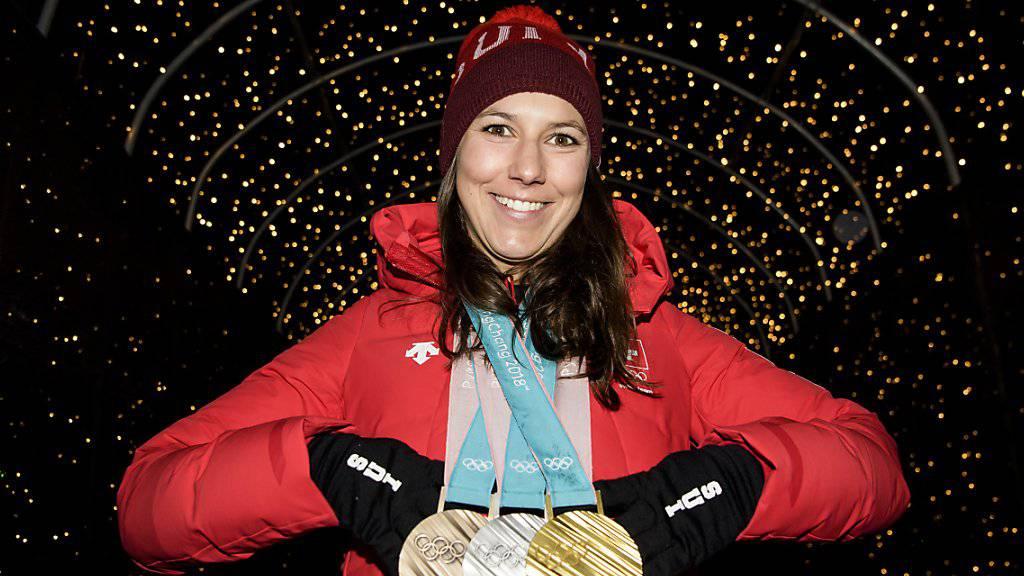 Kiloweise Edelmetall: Wendy Holdener zeigt ihre Olympia-Trophäen