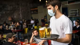 Wollen Restaurants über 100 Gäste einlassen, so müssen sie beispielsweise den Innen- und Aussenbreich trennen - und dürfen in jedem Bereich dann je 100 bedienen. Für Bereiche, in welchen sich die Anwesenden vermischen könnten - etwa beim Gang zur einzigen Bar oder Toilette - müsste aber Maskenpflicht eingeführt werden.