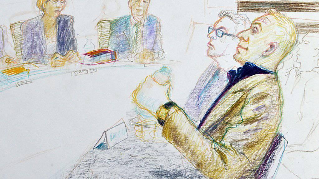 Ist der Mann rechts im Bild ein kaltblütiger Doppelmörder oder ein harmloser Kokser? Szene aus dem erstinstanzlichen Strafgericht Zug vom April 2013.