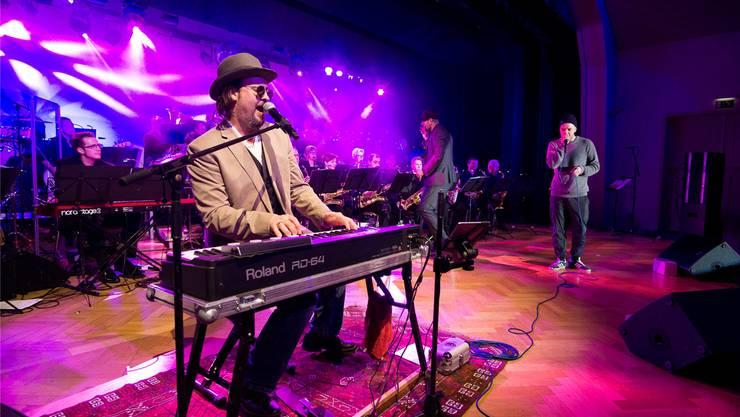 Die Concert Band Langendorf mit Bruno Dietrich (Roland-Piano) und Beatboxer Marzel (rechts).