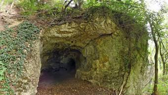 Die Käsloch-Höhle befindet sich oberhalb einer Kalk-Felswand und ist bis zu 9 Meter tief.