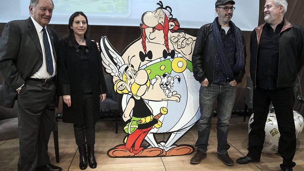 """V.l.n.r.: Albert Uderzo, die Tochter seines verstorbenen Kollegen René Goscinny, Anne Goscinny, Yves Ferri und Didier Conrad, die beiden Nachfolger von Uderzo/Goscinny, bei der Präsentation des neuen Bands """"Der Papyrus des Cäsar"""""""