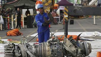 Geborgenes Triebwerk der in Indonesien verunglückten Lion Air-Maschine: laut ersten Auswertungen der Flugschreiber gibt es deutliche Ähnlichkeiten bei den beiden abgestürzten Maschinen vom Typ Boeing 737 MAX 8. (Archivbild)