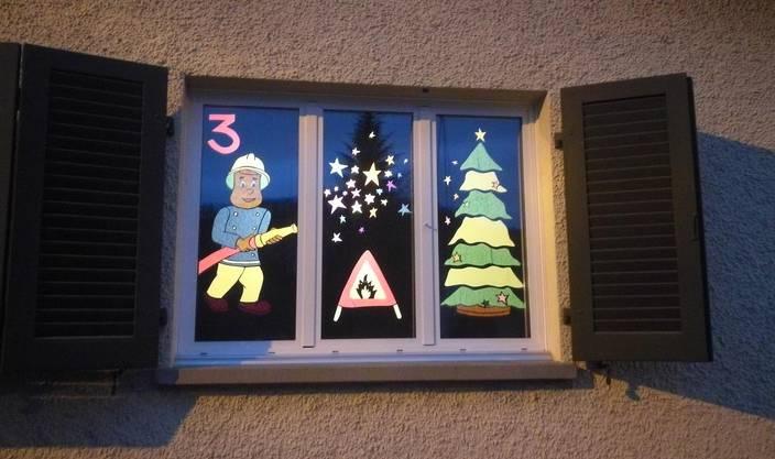 Ein Adventsfenster, das Corinne Kreimel aus Full der Feuerwehr widmete.