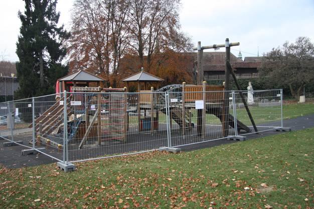 Ein Gitter verhindert das Betreten des Platzes