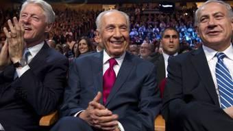 Jubilar Peres, flankiert von Clinton (l.) und Netanjahu (r.)