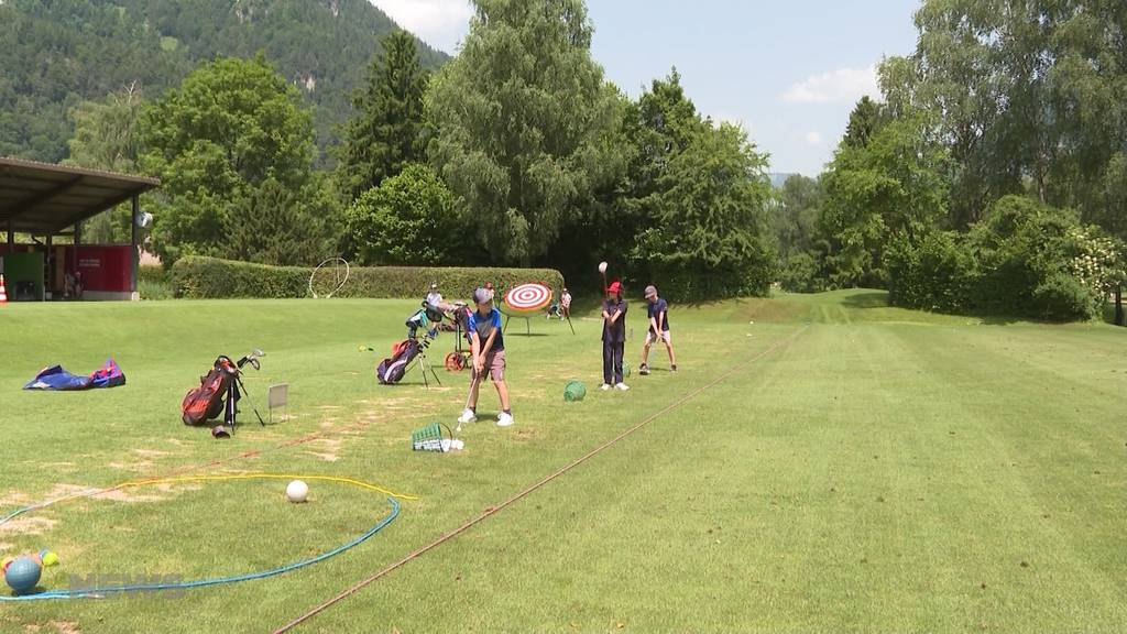 Bälle schlagen anstatt Piste rocken: Ex-Snowboardprofi Fabien Rohrer animiert Kinder zum Golf spielen
