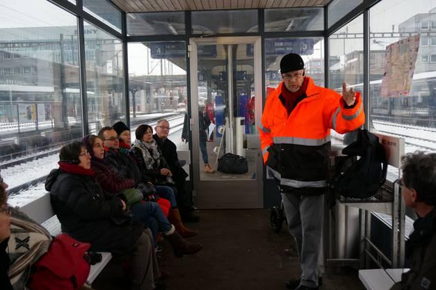 Nikolaus Wyss' Führung durch Schlieren beginnt am Bahnhof - der auf einer der meist befahrenen Strecken liegt und Schlieren symbolisch als Durchgangsort markiert.jpg