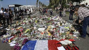 Trauernde legen am Tatort des Terroranschlags in Nizza Blumen zum Gedenken an die Opfer nieder.