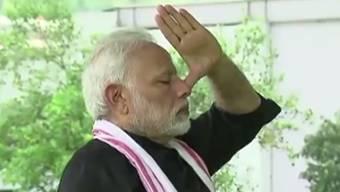 Der indische Premierminister Narendra Modi in seinem Yoga-Video, in dem er in seinem idyllischen Privatpark unter anderem Atemübungen macht. Derweil vergeht der indischen Bevölkerung die Freude am Atmen - bei einer Schadstoffbelastung der Luft, die um das 14Fache über dem Grenzwert liegt. (YouTube)