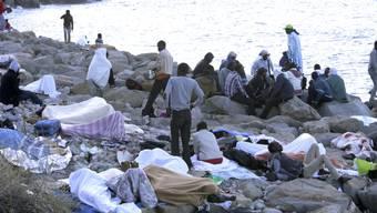 Flüchtlinge aus Afrika am Montagmorgen am Strand zwischen Ventimiglia (I) und Menton (F). Französische Polizisten halten sie seit mehreren Tagen davon ab, nach Frankreich einzureisen.