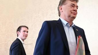 Braucht den Grünen-Chef Kogler (rechts), um regieren zu können: Möchte-gern-wieder-Kanzler Kurz (links - Aufnahme vom 9. Oktober vor Beginn eines Sondierungsgesprächs zwischen ÖVP und Grünen).