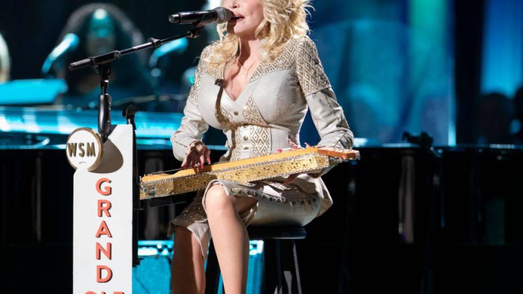 Kristallbesetzte Zither von Dolly Parton soll versteigert werden