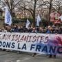 """""""Frankreich verteidigen"""" fordern die Demonstranten der Rechtsaussen-Gruppierung """"Génération Identitaire""""."""
