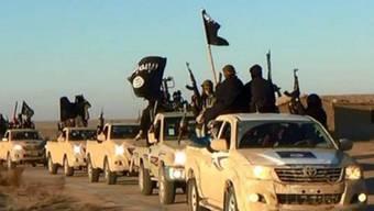 IS-Konvoi in der Hochburg Rakka: Ein Ex-Mitglied der Terrormiliz spielte offenbar eine umfangreiche Mitgliederdatei einem britischen TV-Sender zu. (Archivbild)