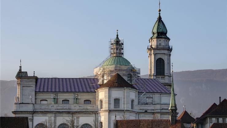 So könnte sich das Dach der St.-Ursen-Kathedrale künftig präsentieren. Statt mit Biberschwanzziegeln mit Solarstrommodulen eingedeckt.