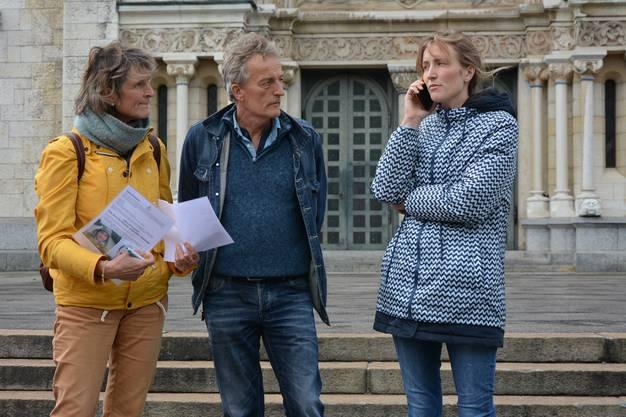 Die holländische Familie Kooiman sucht nach dem vermissten Yorian in Olten (von links): Mutter Agaath, Vater Jan und Schwester Linda stehen vor der St.-Martinskirche.
