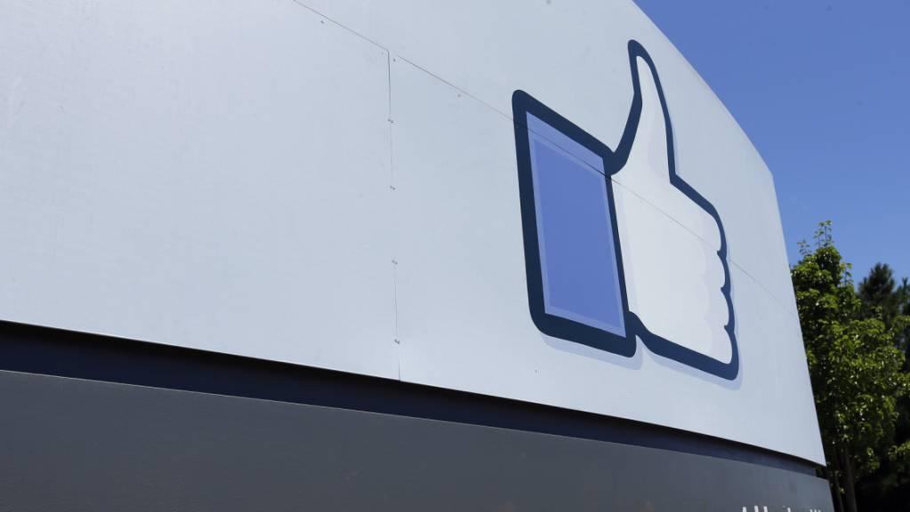 Der Facebook-Konzern will es künftig den Menschen selbst überlassen, zu entscheiden, was für die Plattform als angemessen oder als unangemessen anzusehen ist. (Archivbild)