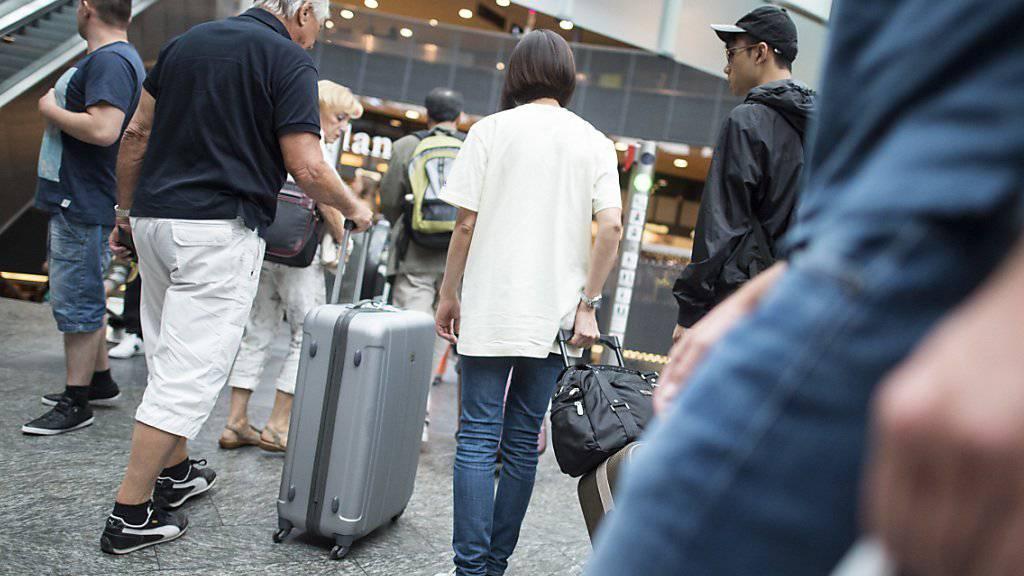 Sie sollen noch schnell bei Dufry vorbeischauen: Passagiere am Flughafen, hier in Zürich. (Symbolbild)