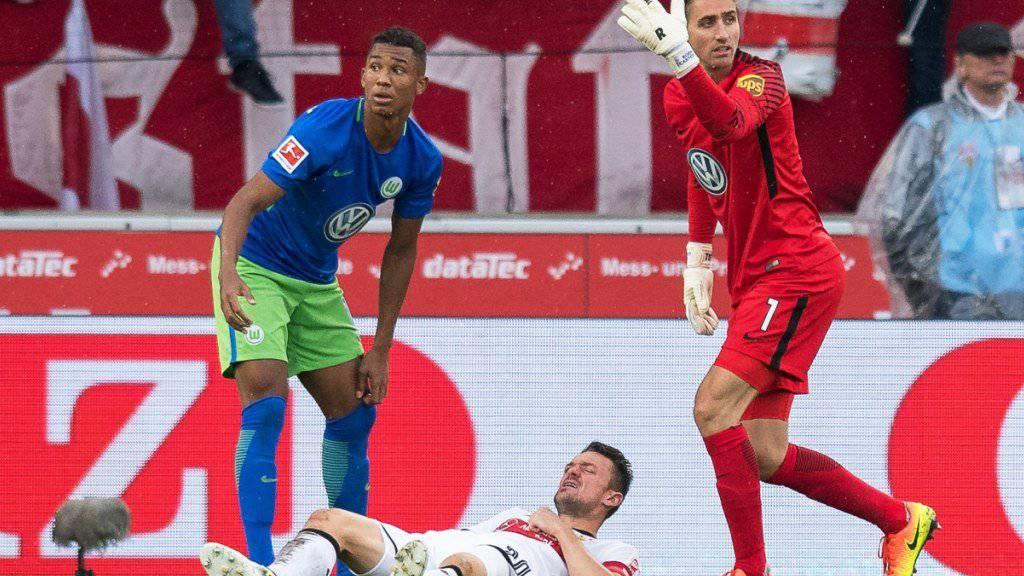 Christian Gentner liegt nach dem Zwischenfall im Spiel gegen Wolfsburg verletzt am Boden.