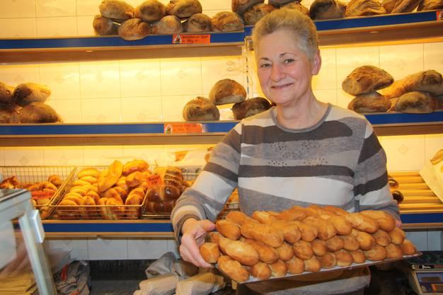 Ruth Felder vom Müller Beck präsentiert eine Portion gluschtigi Schenkeli.