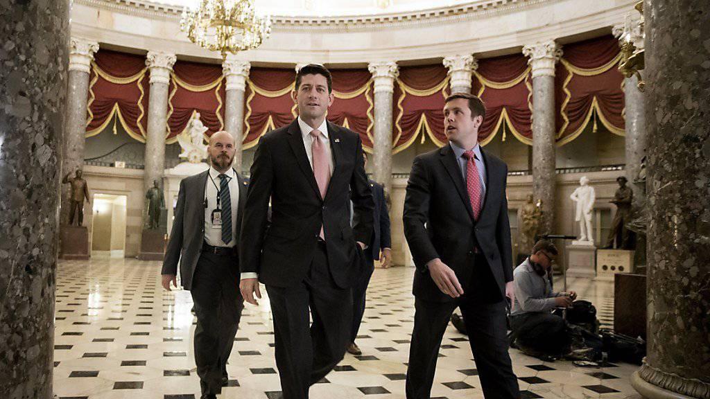 Der Mehrheitsführer im US-Repräsentantenhaus, der Republikaner Paul Ryan (vorne) vor der Abstimmung über eine Reihe von Haushaltsgesetzen.
