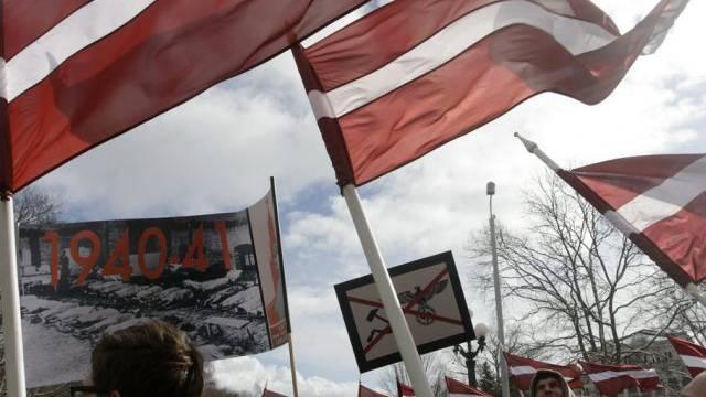 Die lettischen SS-Veteranen marschieren durch Riga