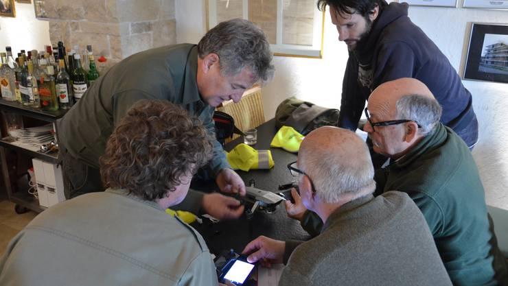 Andreas Hofstetter (links, stehend) erklärt den Kursteilnehmern die Inbetriebnahme der Drohne.