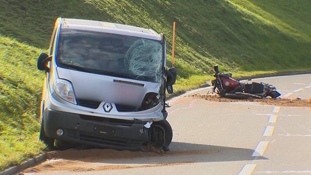 Menzingen (ZG): Motorradfahrer stirbt bei Frontalkollision mit Lieferwagen