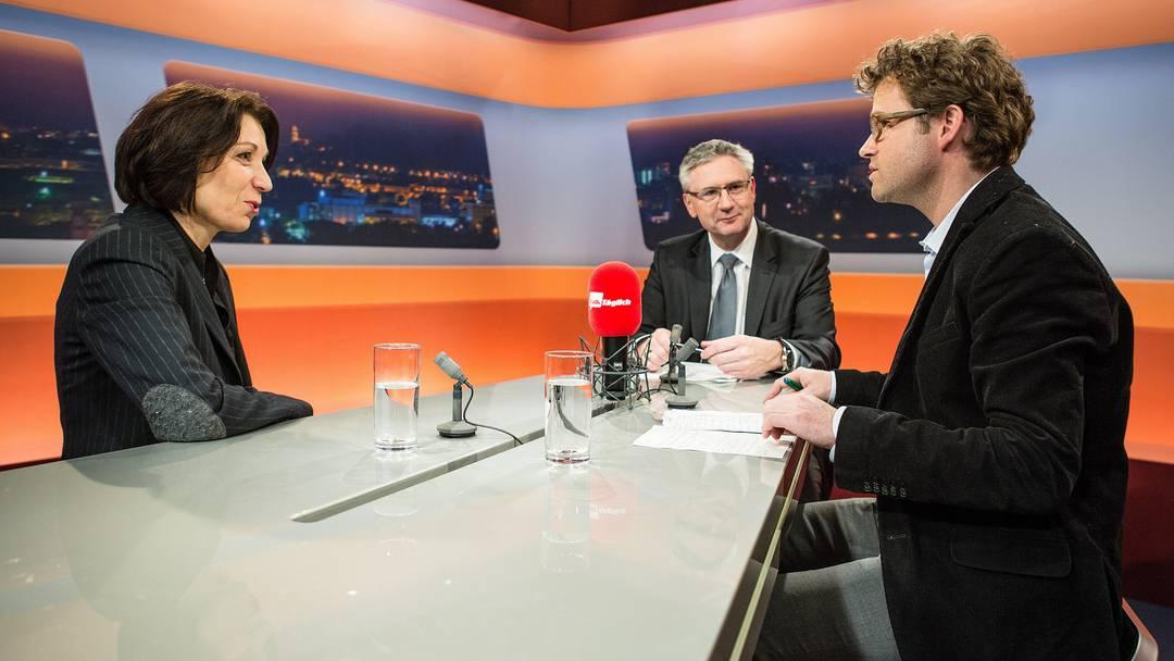 Yvonne Feri (SP) und Andreas Glarner (SVP) diskutieren mit Moderator Stefan Schmid (rechts) über den «frechsten Sozialhilfebezüger der Schweiz».