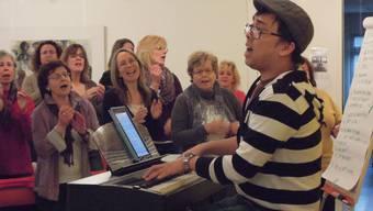 Bei der Chorprobe feilen die Sängerinnen und Sänger unter der Leitung von Fritz Mader an den letzten Unfeinheiten