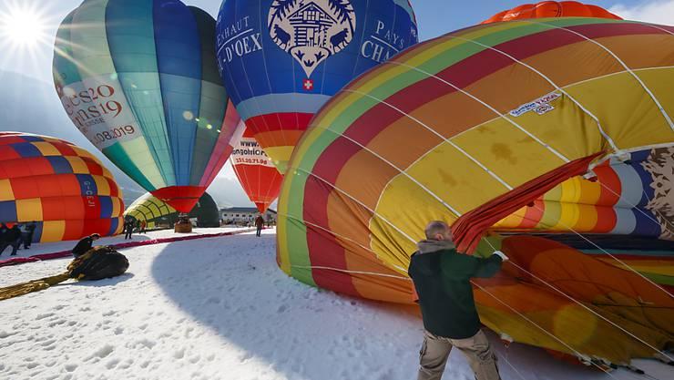 Die 40. Auflage des Internationalen Heisslufballonfestivals von Château d'Oex VD ist am Samstag nach morgendlichem Nebel unter blauem Himmel bei Sonnenschein eröffnet worden.