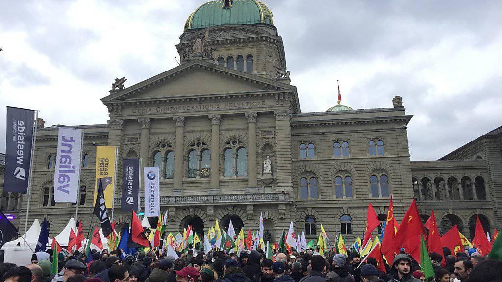 Hunderte Menschen haben am Samstagnachmittag vor dem Bundeshaus in Bern gegen die türkische Militäroffensive in Nordsyrien demonstriert.