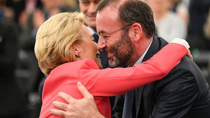 Die künftige EU-Kommissionspräsidentin Ursula von der Leyen will auch in Zukunft politische Freunde und Gegner in Brüssel umarmen und mit Küssen bedenken - wie das schon ihr Vorgänger Jean-Claude Juncker tat. (Foto: Patrick Seeger/EPA Keystone)