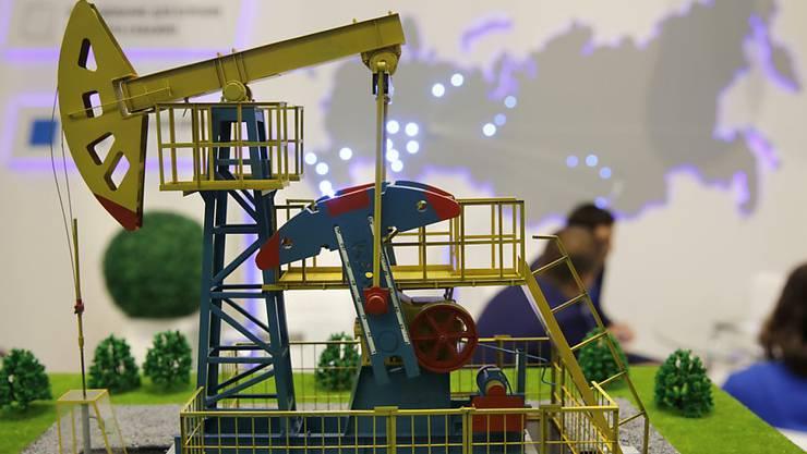 """Modell einer Ölpumpe vor der russische Karte beim Erdölkonzern Gazprom: Russland ist bereit, weniger vom """"schwarzen Gold"""" zu fördern. (Archivbild)"""