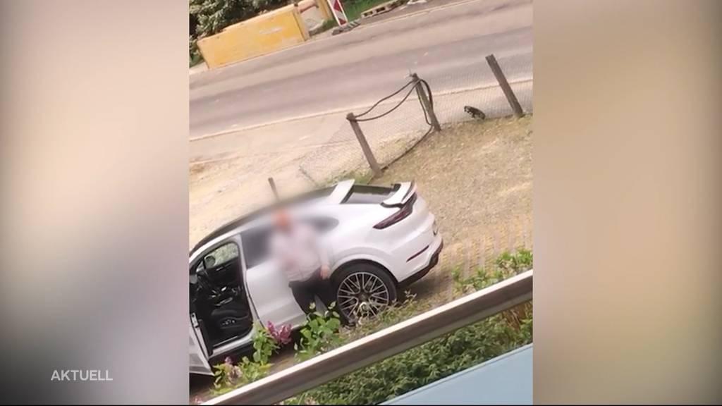 Porsche-Fahrer leert auf Parkplatz eine Flasche Wein