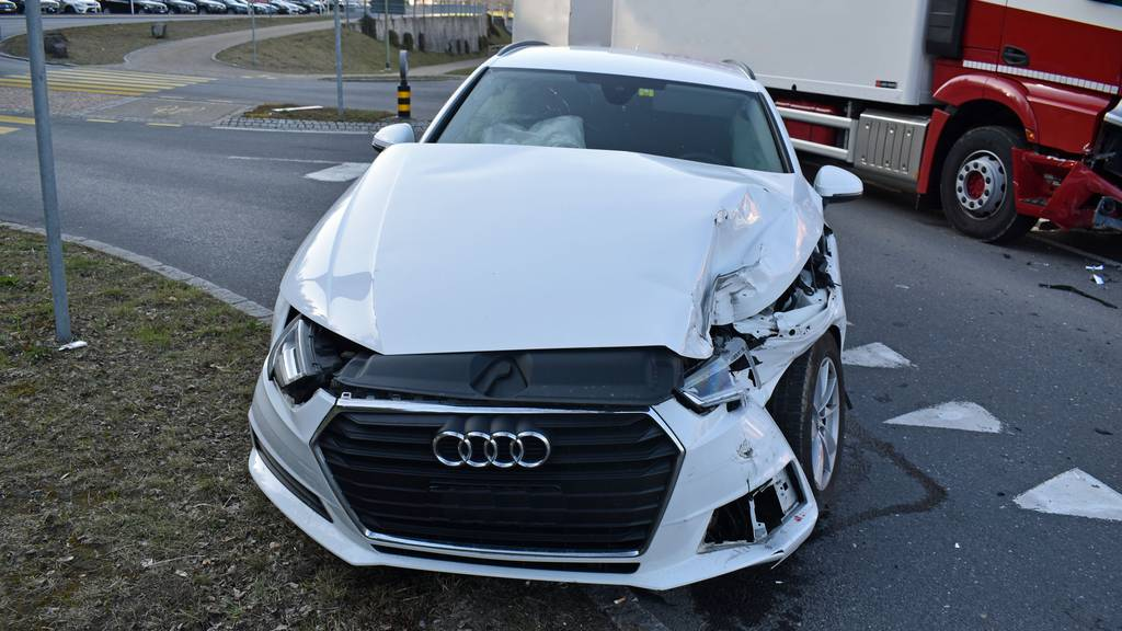 Ohne Führerschein: Autofahrer nach Unfall mit Lastwagen leicht verletzt