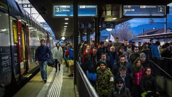 Wer am Bahnhof Lenzburg (im Bild) einsteigt und und in Zürich pünktlich aussteigen will, dem ist der Regionalexpress zu empfehlen.