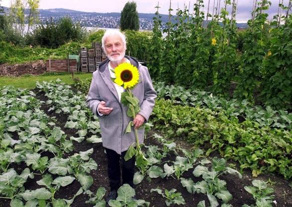 Pfarrer Ernst Sieber im Garten der Wohn- und Arbeitsgemeinschaft Suneboge in Zuerich